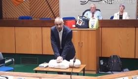 WATCH: Defibrillator demonstration 'everybody should be able to do'